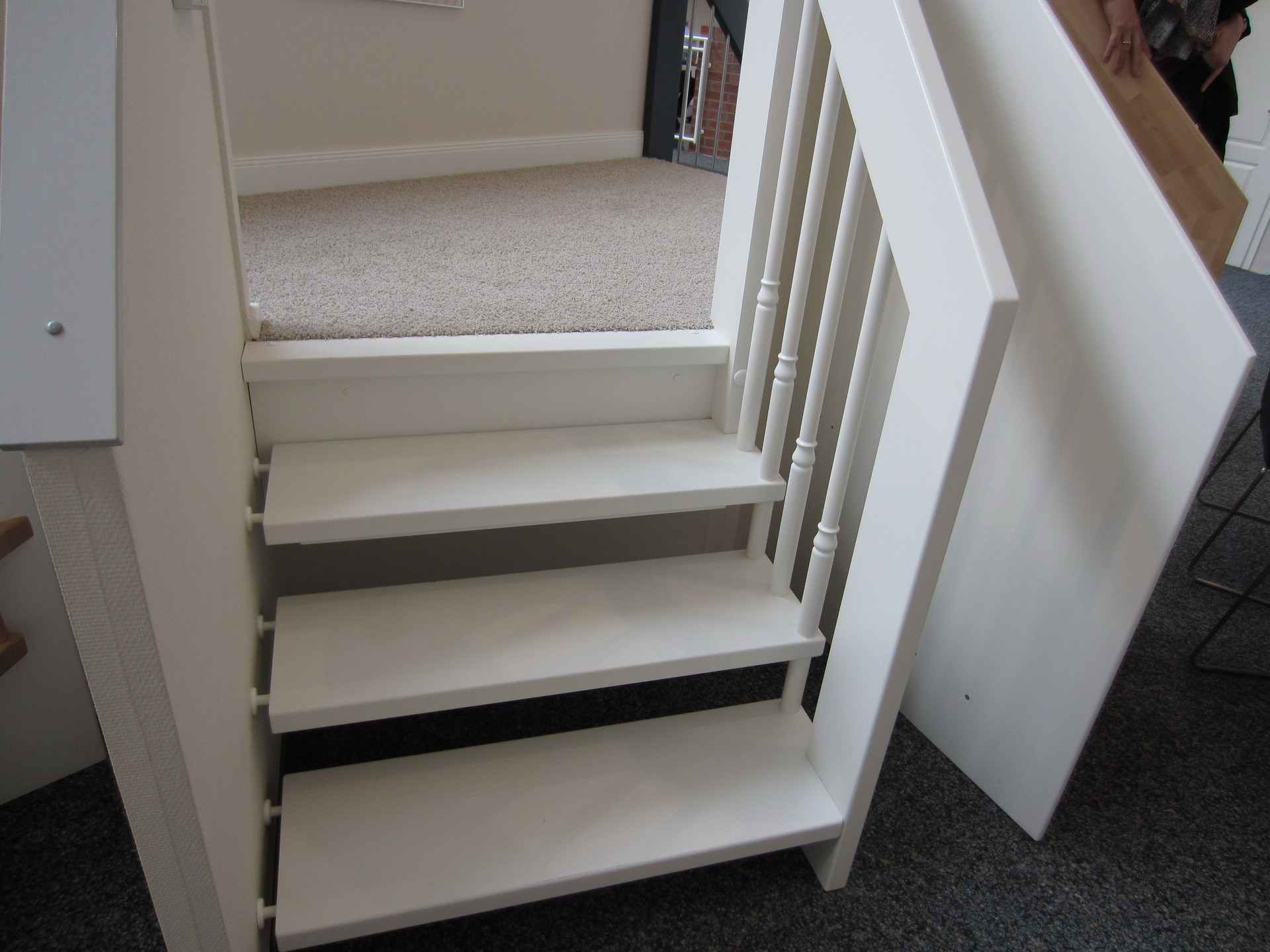 holztreppe wei lackieren treppe weiss mit holz naturbelassen pure flur holztreppe eingestemmt. Black Bedroom Furniture Sets. Home Design Ideas